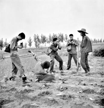 """1979年5月,""""星期五沙龙""""在顺义东府村的拍摄活动,狄源沧摄。左起:任曙林、池小宁、王松、范生平、老农"""