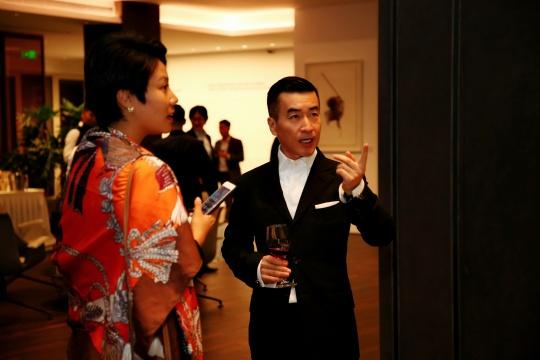 展览现场蔡志松在讲解作品