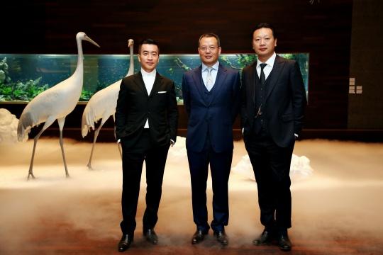 嘉宾合影:艺术家蔡志松(左)云文观唐总裁李保刚(中)观唐美术馆馆长于向溟(右)