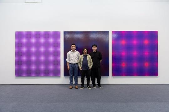 左起:蜂巢当代艺术中心负责人夏季风、艺术家丁乙、艺术家王一