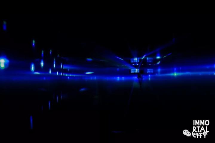 史昊鹏 《拍砖!拍砖!摇摆!摇摆!》  2017年艺术家史昊鹏的行为艺术《拍砖!拍砖!摇摆!摇摆!》将一个搬家公司的箱式货车改造成移动迪厅,从东直门开往顺义,并邀请民工朋友在车厢中蹦迪。此次展览原尺寸复制了车厢和内部的迪厅灯光。