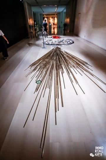朱玺 《伤痕》  艺术家朱玺用动物皮毛、骨头、标本等拼贴与并置,传达出诗性又颓废的末世感。