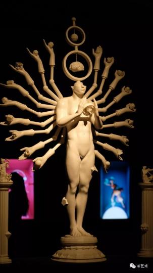 """田晓磊 《神话一号》  艺术家田晓磊打印出影像作品《神话一号、伟大》中再造的神的形象,整个空间十分诡异,也最为直接呼应策展人宋振熙""""旧神衰落,再造新神""""的主题。"""