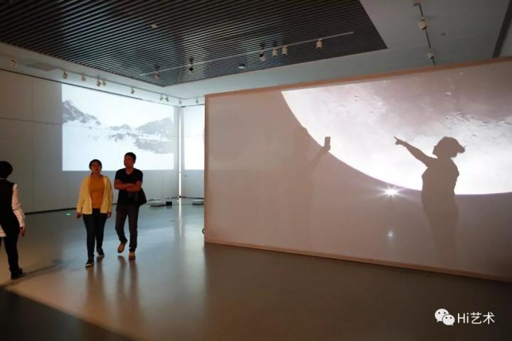 """梁玥 《月》  鼓励观众与之互动,营造出""""登月""""的假象。"""