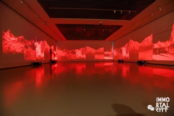 """施政 《余烬》  大型沉浸式空间,放置于地上的投影使得观众的影子可以轻易地被投射在画面中,走入""""遗迹"""",与作品发生关系。"""
