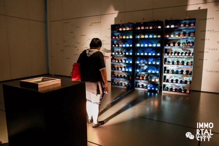 张慧 《星魂专卖店》  同样采用排列展示的方式,但制造出一种售卖的方式。展示柜中的星魂会随着观众的互动闪烁。