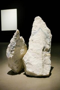 曹雨 《世界暂时如此 一根长头发》(艺术家本人的)、大理石 96×59×50cm、73×65×30cm,2018