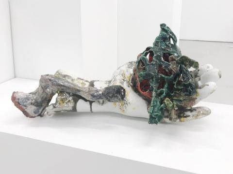 琳达·索门《一只鸟》20 x 40 x 21cm 陶瓷和陶瓷碎片 2017