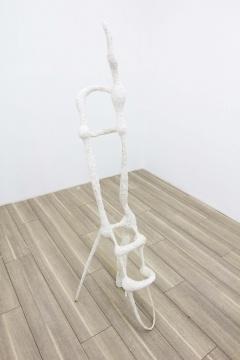 麦昌泰 《大嘴巴》 30×40×130cm 石膏、钢筋、树枝 2018