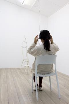 观众可以坐在椅子上听《铃响》