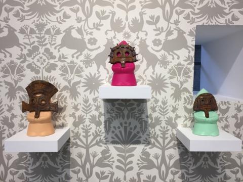 马克·纳德的小雕塑作品,墙纸是艺术家从美国购买的