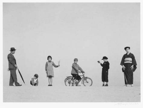 植田正治,《爸爸,妈妈和孩子们》(パパとママとコドモたち),1949年