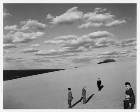 植田正治,《妻子在的沙丘风景》,1950年