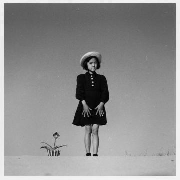 植田正治,《KaKo与花》,1949年