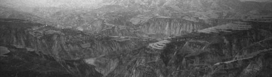 秋麦《黄土三景 (横 #1)》,2009,摄影墨本、三桠皮纸,58 x 204 cm