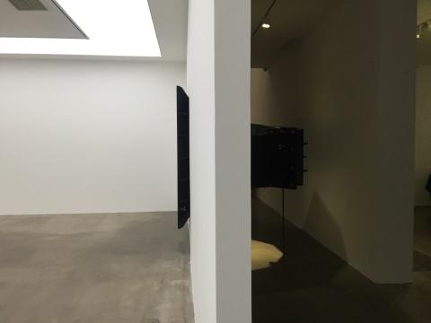 展览入口处的《指数号角NO.2》,音响穿透了墙壁,极具张力