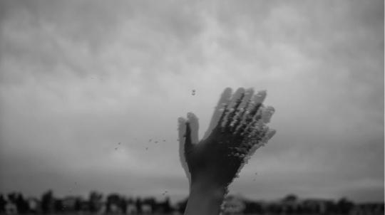 一只带有静电沾满泡沫的手不断挥舞,泡沫被甩出