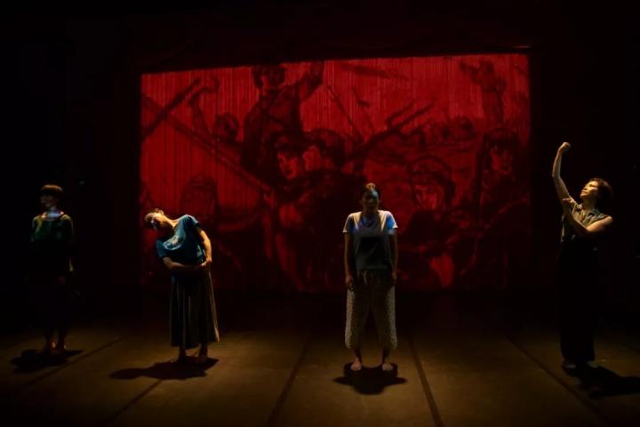 文慧《红》,摄影:黄大智,图片由生活舞蹈工作室提供