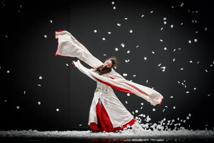 王亚彬《青衣》,摄影:舞蹈中国-刘海栋,图片由亚彬舞影工作室提供