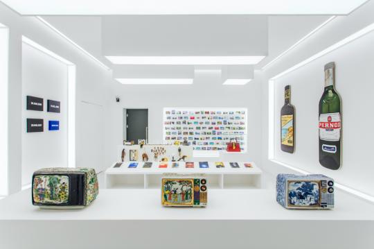 """""""艺术家此在""""的其中一个房间,卡特兰将其打造成一个""""艺术品商店""""的模样,集中了6位艺术家的作品"""