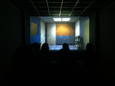 曾于2015年威尼斯双年展展出的米卡·罗腾伯格的《无鼻知晓》,此次还加入了场景