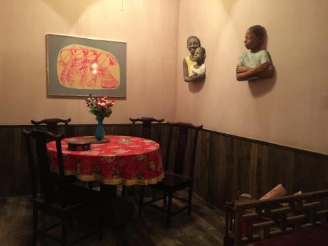 墙上是布莱恩·贝洛特的《罗达·凯洛格国际儿童艺术体系副本》,现场的家具来自上海一家餐馆