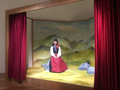 来自冰岛出生于1986年的艺术家拉格纳.基亚尔坦松的行为表演作品《我曾曾曾祖母的歌(中国)》,2018