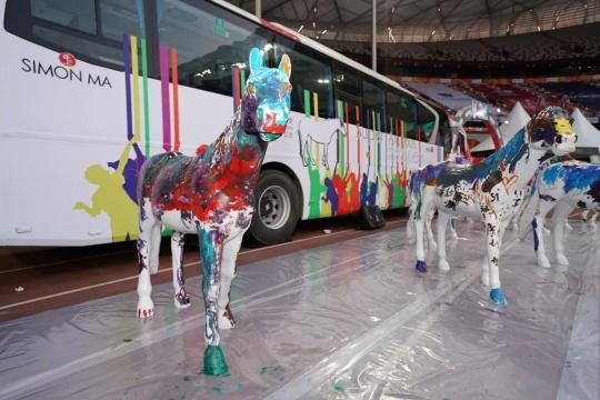 Super Art Bus艺术爱心巴士2018年4月14日从上海船厂启程、7月10日经过北京故宫、10月3日去到日本北海道,10月12日抵达北京鸟巢,将艺术、色彩、爱的正能量带到社会各个角落。
