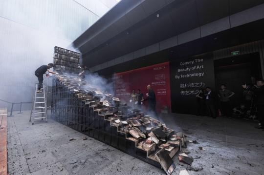 燃爆后的阶梯书架装置