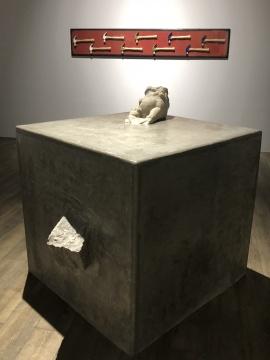 《活着—1》40×240cm 木板大漆、陶瓷 2018  《一立方》100×120×120cm 明代拴马桩、水泥2018