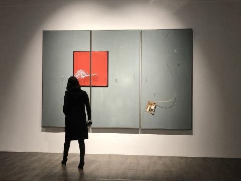 《红之内外》240×120cm×3pcs 木板大漆、印刷图片、金属丝2018
