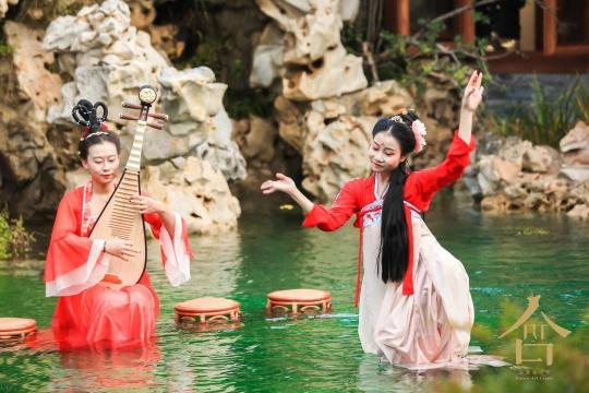 派对现场模仿韩熙载夜宴图的六幺独舞