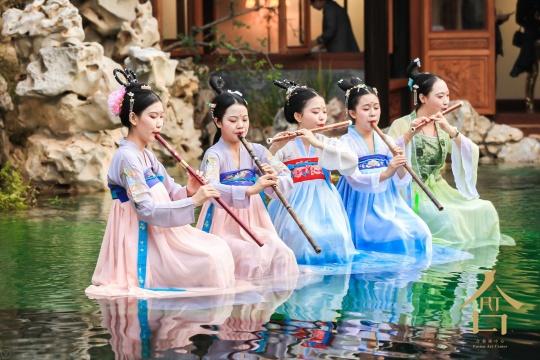 派对现场模仿韩熙载夜宴图的管乐合奏