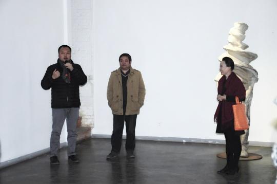 策展人范明正、赵艳婷,桥舍画廊负责人陈昕(中)