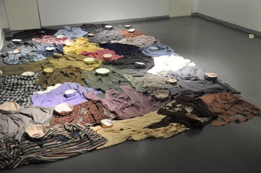 张雪瑞 《疏离之物》尺寸可变旧衣物、棉线、布 2015