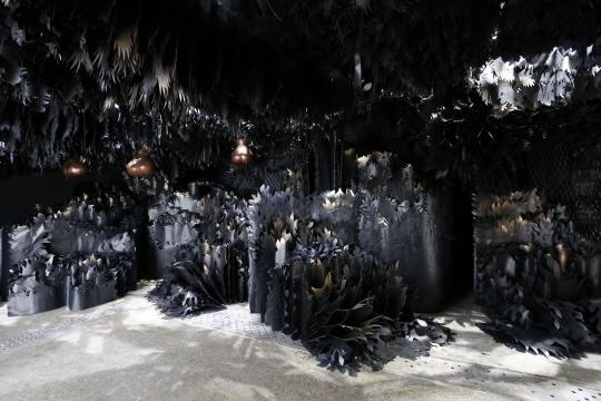 展览现场,黑色的《哭·乐·园》