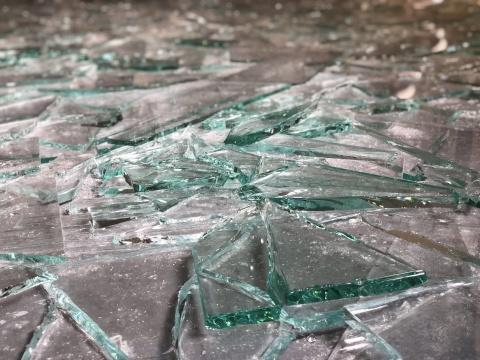 满地的玻璃碎片来自工厂的废旧玻璃