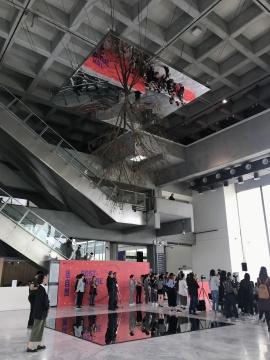 开幕现场亨利克.赫肯森《颠倒的树(映射)》尺寸视空间而定 杜英、钢、玻璃镜面、不鏽钢镜面、钢索、木板、 溼度计、浇灌系统、喷雾系统 2018© 参展人、台北市立美术馆
