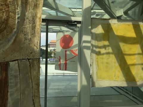薇薇安.苏特《拉拉山.帕纳哈切尔》 多幅画布,尺寸视空间而定 油彩、压克力、颜料、鱼胶、泥土、植物性物质和 画布上的微生物 2018 © 参展人、台北市立美术馆