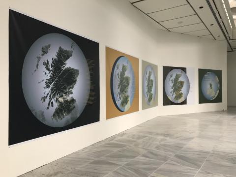 海伦.哈里森 & 牛顿.哈里森《综观苏格兰的深层国富》221×213–280cm 乙烯基印刷 2018 © 参展人、台北市立美术馆