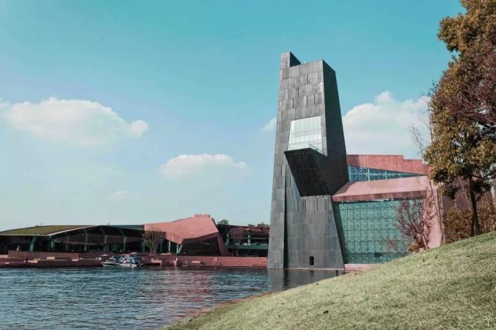 位于成都天府新区的麓湖生态城艺展中心的麓湖·A4美术馆