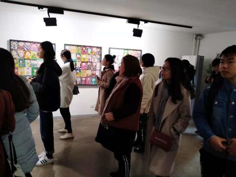 展览现场的观众