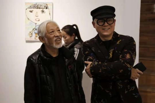 批评家,策展人栗宪庭与艺术家艾松观看展览