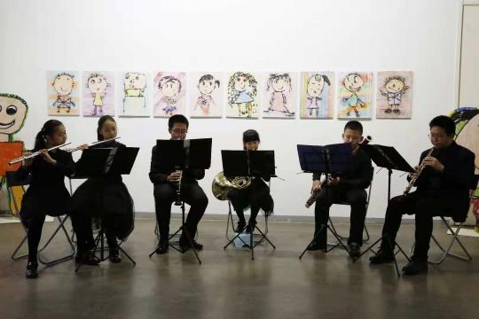 北京青年宫少年管乐团在展览现场表演