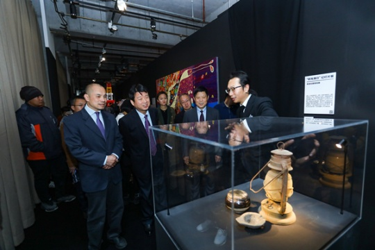 UCCA副馆长、本次策展人尤洋在为当地领导、来宾做现场导览