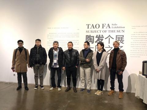 索卡艺术负责人萧富元(左三)、艺术家陶发(左四)与来宾