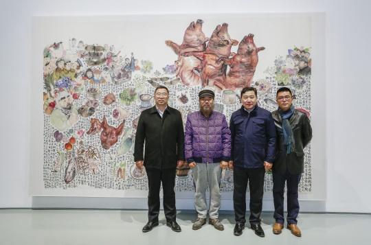 798艺术区创始人、七星集团总裁王彦伶,蜂巢当代艺术中心馆长夏季风与艺术家李津等在作品前