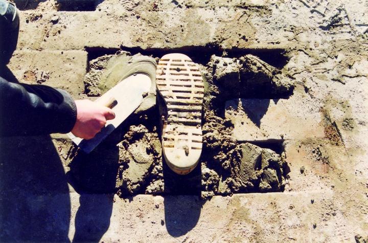 尹秀珍 《路》 砖路、 水泥、 收集的不同人穿过的鞋 装置 1998