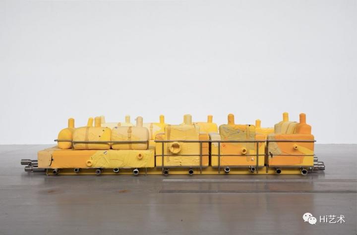 《救生筏》装置作品 沙发,尾喉,旧衣服,高密度板© 2018尹秀珍,佩斯画廊供图