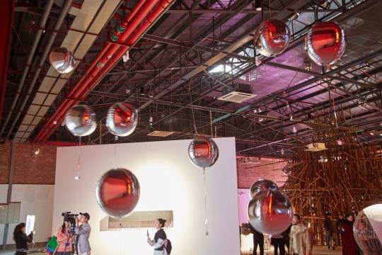 李浏洋《迎宾》铝箔氦气球、光敏感应迎宾器 2018